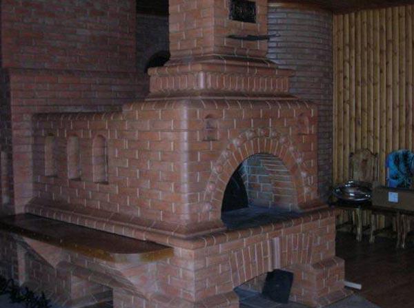 Русская печь на кухне деревянного дома