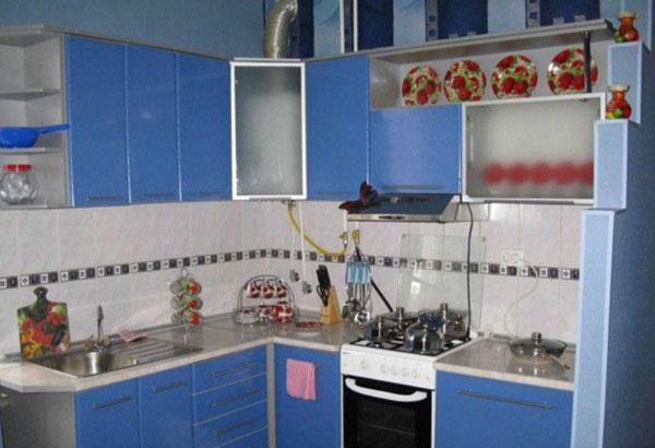 Дизайн кухни с газовой колонкой спрятанной в шкаф