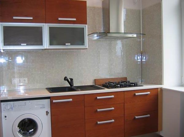 Если кухню уменьшить по понемногу везде, то можно сэкономить кучу места