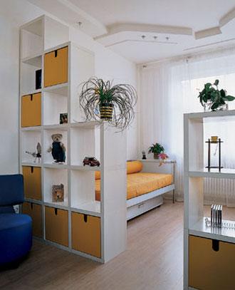 Дизайн однокомнатной квартиры со стеллажом вместо перегородки