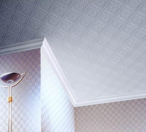 Оклейка потолка при помощи обоев