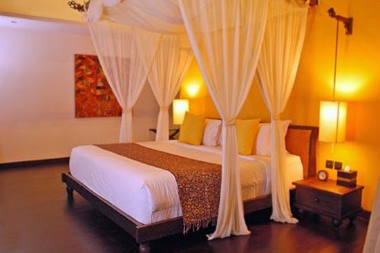 Интерьер спальни с воздушными занавесками для юной леди