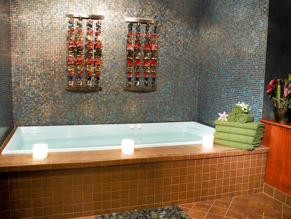 Интерьер ванной комнаты с мелкой плиткой