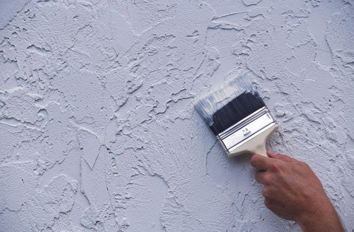 Кистью убираем лишнее со стены