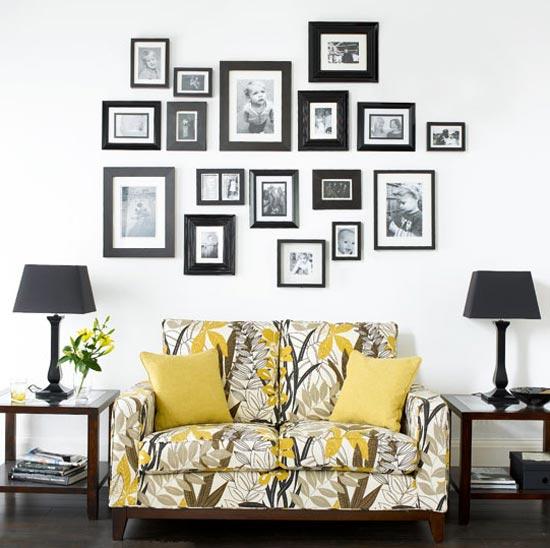 Семейное фото галерея в интерьере гостиной комнаты