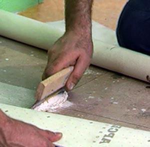 Как приклеить полотно линолеума к деревянному полу