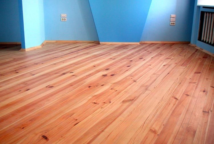Комната с деревянным полом