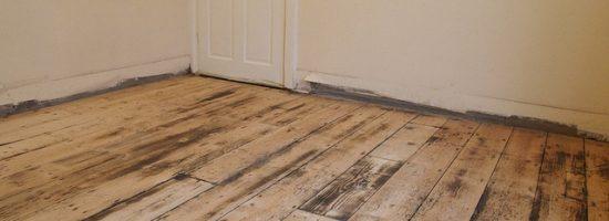 Отшлифованный деревянный пол в комнате