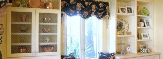 Кухня с диваном у окна и с белыми шкафами