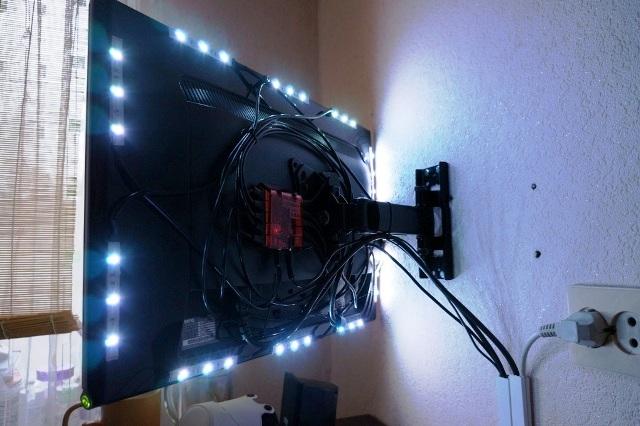 как укрепить телевизор на стене, телевизор с подсветкой, прячем провода за телевизором