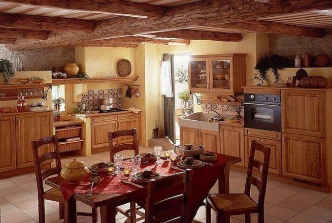 Красивая деревенская кухня, дачная кухня, кухня в частном доме, деревенская кухня