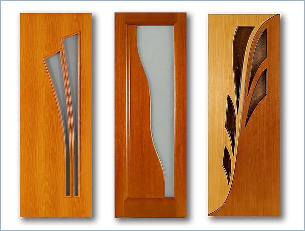три узкие светлые межкомнатные двери с интересным узором в виде стеклянной вставки