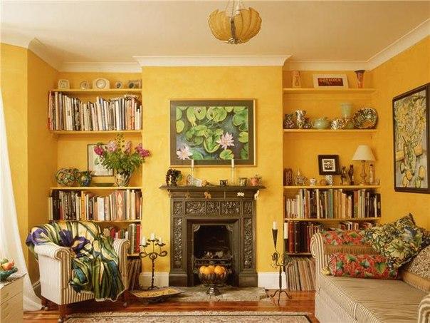 камин, гостиная, желтый интерьер, уютный дом, книжные полки, кресла, гостиная в желных тонах