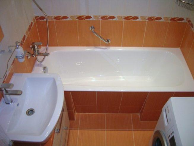 Ванная комната в оранжево-белых тонах