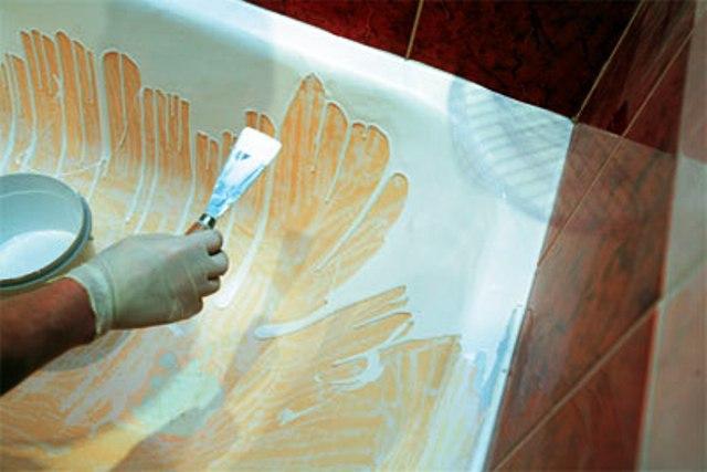 старую, пожелтевшую ванну восстанавливают при помощи обновления эмалированной поверхности