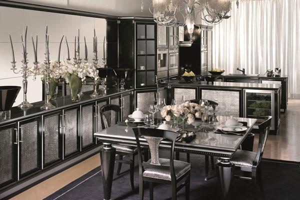 кухня арт деко в серебряных тонах с металлическим блеском, подсвечниками, люстрой, цветами