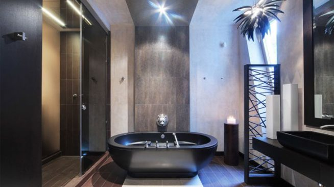 ванная комната арт деко в контрастных темных и светлых тонах с черной ванной, светильником в виде пальмы