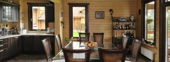 Кухня-столовая в деревянном доме