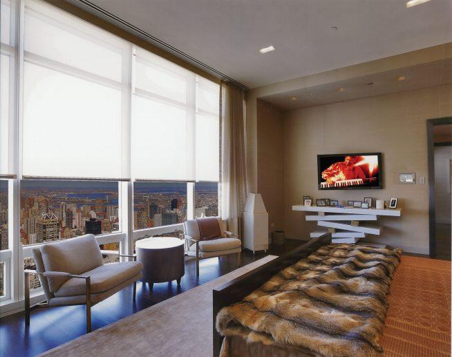 панорамные окна в квартире в небоскребе, установленные в спальне, с видом на город