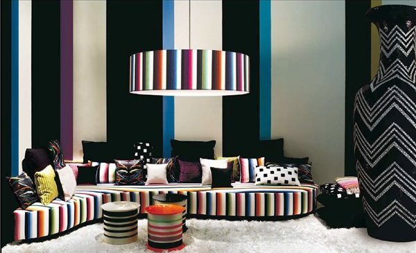 полосатый интерьер в гостиной, обои с широкими контрастными горизонтальными полосами, полосатая мебель и огромная ваза с геометрическим узором