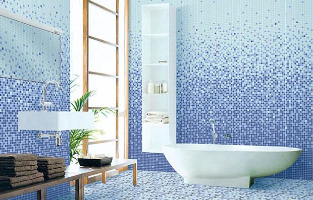 ванная комната, выложенная мозаикой в голубых оттенках с большим окном, необычной ванной, квадратным умывальником