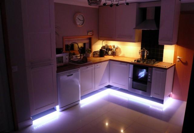 светодиодная подсветка на нижней части кухонной мебели
