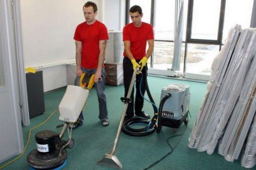 профессиональные уборщики чистят пол при помощи специальных инструментов
