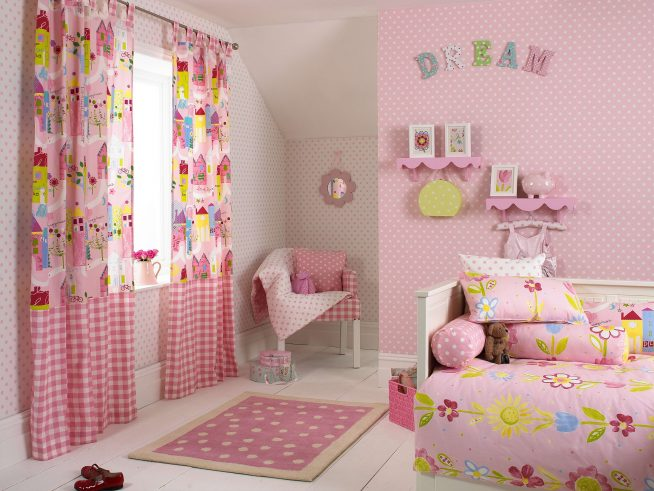 Яркая детская в розовых тонах для девочки