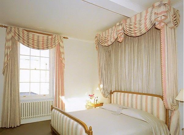 Стена за кроватью оформлена драпировкой