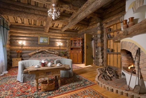 просторная спальня в стиле русского кантри с камином, большой кроватью
