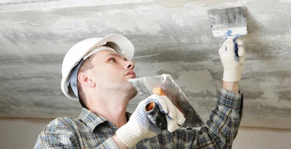 Выравнивание потолка мастерком и шпателем