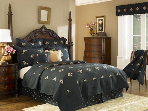 спальня в готическом стиле с большой кроватью посередине