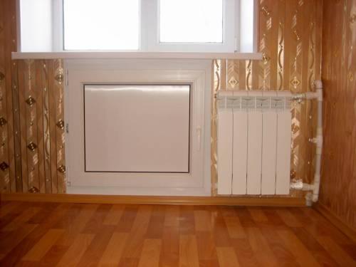 холодильный шкаф на кухне с одной пластиковой дверью