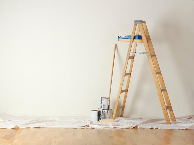 Покраска потолка со стремянки