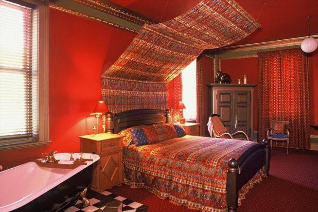 Индийский стиль интерьера с насыщенным красным цветом