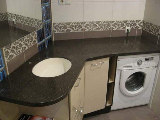 Столешница в ванной коричневого цвета