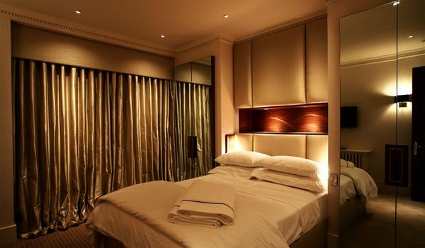 спальня в песочных тонах с разными видами освящения