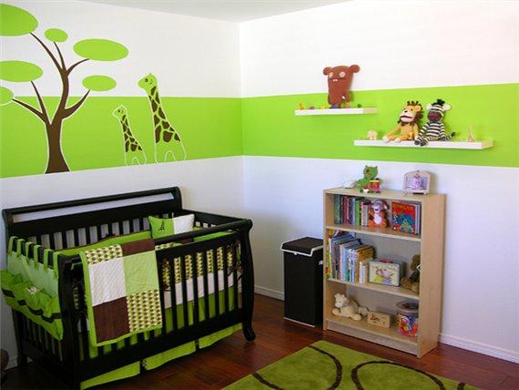 Детская кроватка на фоне рисунков на стене