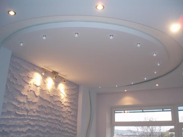 Фигурный потолок с выступом и подсветкой