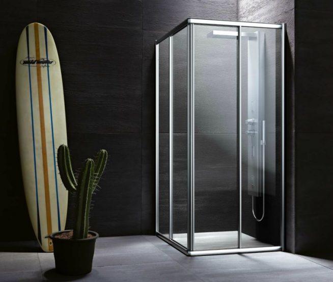 закрытая душевая кабинка в темной ванной комнате