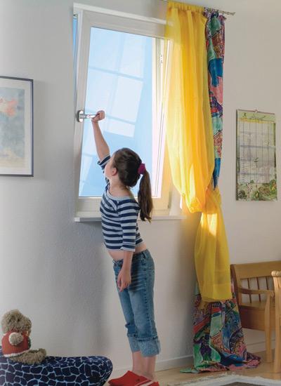 Ребенок ставит металлопластиковое окно на режим микропроветривания