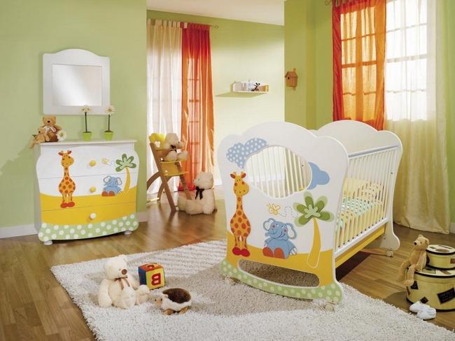 Детская комната для младенца с преобладанием зеленого цвета