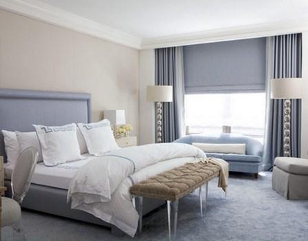 спальня в светлых тонах с торшерами и настольными лампами
