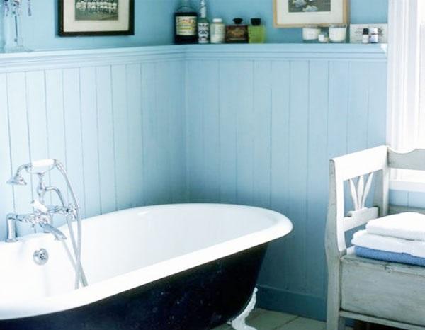 Стены ванной комнаты облицованы белой пластиковой вагонкой