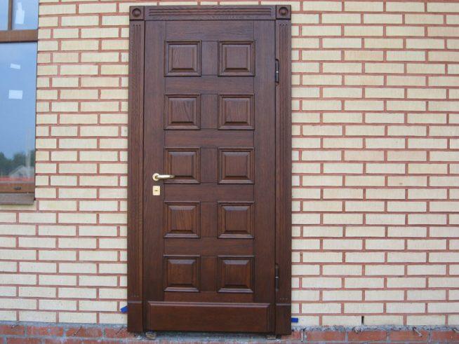 Входная дверь обитая массивом дерева