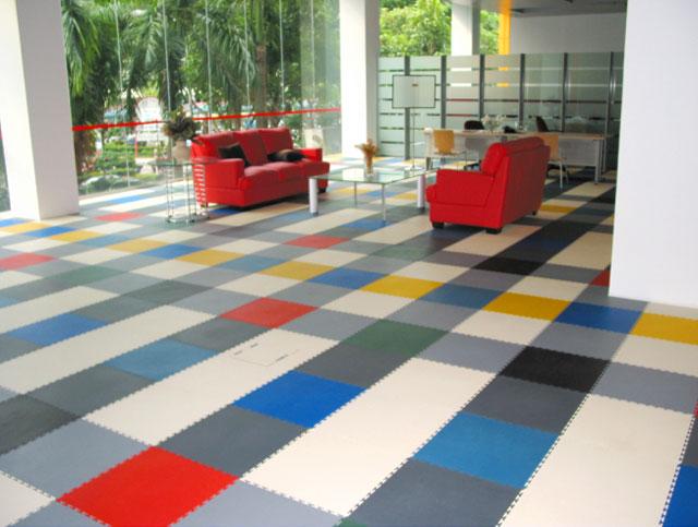 Пол из разноцветной плитки ПВХ