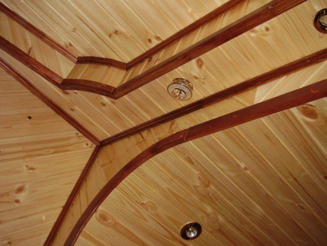 Внутренняя отделка потолка деревянного дома