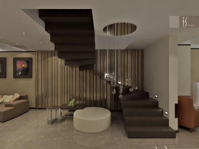 Деревянная лестница в прихожей частного дома