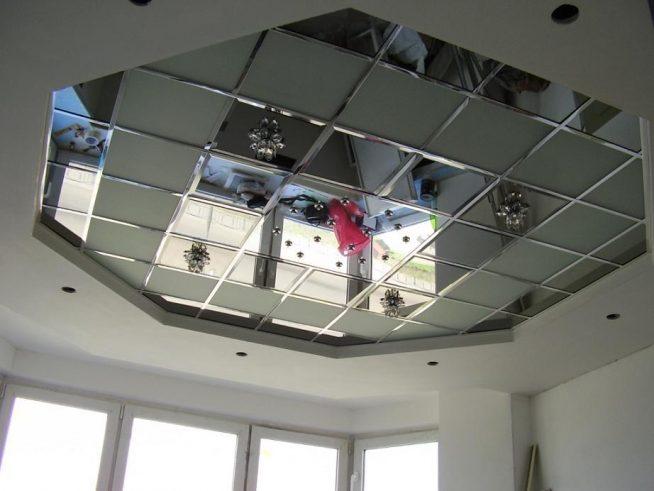 Зеркальный потолок в гостиной