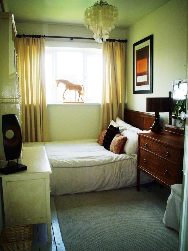 Яркие вкрапления в дизайне узкой спальни